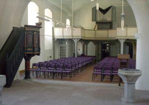 Kirchenschiff mit Empore und Orgel